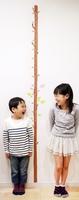 キッズデザイン賞を受賞した「木の身長計ウォールステッカー」(エムディエス提供)