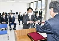 渡辺氏と町議に 当選証書を付与 若狭町選管