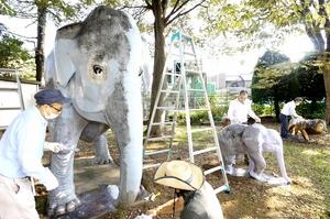 遊具をきれいに塗り替える組合員ら=9月25日、福井県福井市左内町の左内公園
