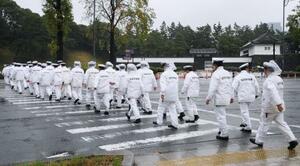 桜田門周辺を警戒する大勢の警察官=22日午前7時7分、東京都千代田区