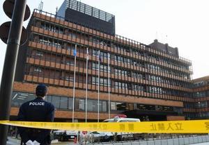 職員ら数人が男に刺された金沢市役所=14日午後4時45分