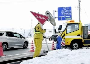大雪の影響で傾いた規制標識。取り換え作業が行われた=23日、福井北インターチェンジ出口