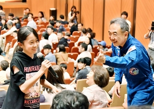参加者の質問に笑顔で対応する宇宙飛行士の古川聡さん(右)=6月16日、福井県福井市のアオッサ県民ホール
