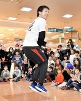 華麗な縄跳びを披露する森口明利さん=2月9日、福井県福井市のエルパ