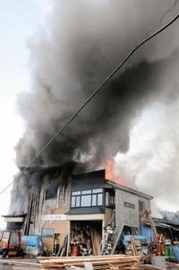 坂井で事務所全焼、鎮火に6時間