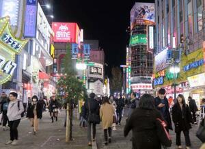 日本有数の歓楽街、東京・新宿の歌舞伎町=11月