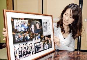 夫との思い出の写真を見つめる美和さん。夫は生前から臓器移植を希望していた=2月3日、福井県越前町