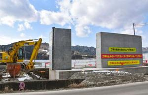 工事が続く小島漁港の防潮堤の建設現場=13日、宮城県石巻市雄勝町