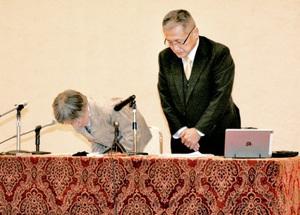 会見で謝罪する宮内みち子さん(左)と澤香苗さん=28日、福井県若狭町