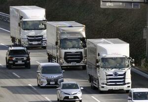 自動運転の実証実験で、新東名高速道路を隊列走行する3台のトラック=2018年1月、浜松市