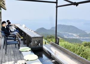 4月下旬までに整備したカウンターテラスと足湯=7月16日、レインボーラインの山頂公園