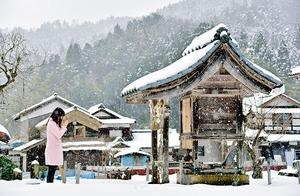 祠の前で手を合わせる女性。恋愛のパワースポットとして静かな人気だ=福井市東大味町の明智神社