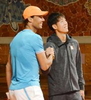 イベントでナダル(左)と握手する錦織圭=22日、バルセロナ(共同)
