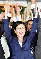 5選を果たしバンザイする稲田朋美氏=22日午後8時半ごろ、福井市大手3丁目の選挙事務所