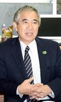 「村総会設置のためには、さらなる法整備が必要」と訴える和田知士村長=11月、高知県の大川村役場