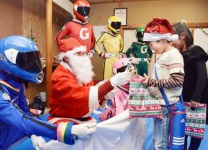 サンタクロースからプレゼントを受け取る子どもたち=16日夜、福井県敦賀市男女共同参画センター
