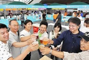 国内外のビールの味や香りを楽しむ来場者=10日、福井市のハピリンの屋根付き広場ハピテラス