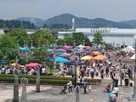 福井県鯖江市文化の館の広場で開催されているマルSABAの様子
