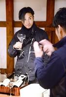 福井の風土や伝統を生かした酒造りのこだわりに理解を深める橘ケンチさん=2月18日、福井県福井市御幸1丁目の常山酒造