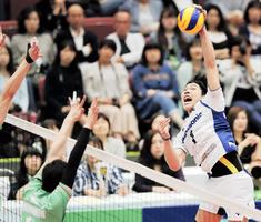 バレーボール全日本男女選抜大会準決勝の第1セット、スパイクを決めるパナソニック清水邦広=丸善インテックアリーナ大阪