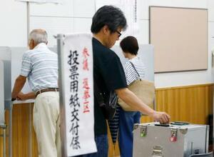長崎市の投票所で票を投じる有権者=21日午前