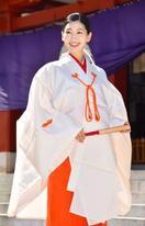 女優の是永瞳、みこ装束披露