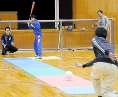 打撃練習をするCoraggio福井の選手=福井市の県立盲学校