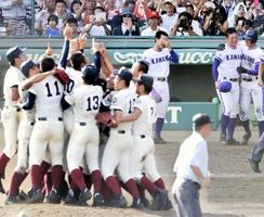 第100回全国高校野球選手権大会の決勝を終え、大喜びの大阪桐蔭ナインと、肩を抱かれる金足農業・吉田輝星投手(右から2人目)=2018年8月21日、兵庫県の甲子園球場