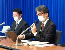 記者会見する専門家組織の脇田隆字座長(右)=3日午後、東京都千代田区