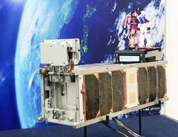 福井県の企業が製造を手掛けた超小型人工衛星「ジーサテライト」のレプリカ