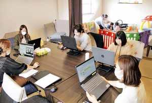 隣にある託児所に子どもを預けて仕事をするスタッフ=3月、福井県鯖江市日の出町のLIFULL FaM