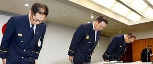 職員の逮捕を受け謝罪する北川消防長(左から2人目)ら=14日、福井県越前市千福町の南越消防組合消防本部
