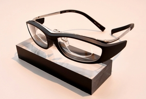 ボストンクラブが開発した放射線防護眼鏡。内側に視力矯正レンズを装着したタイプ=福井県鯖江市三六町1丁目の同社
