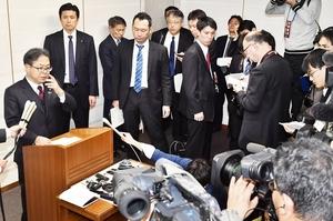 西川一誠知事との面談後、報道陣の質問に答える世耕弘成経産相(左)=26日、福井県庁