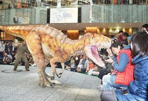 観客に向かって大きく口を開ける「フクイラプトル」=12日、東京都千代田区のJPタワー商業施設「KITTE」