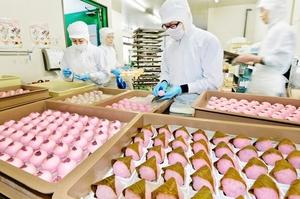 桜の香りが漂う中、次々と出来上がる桜餅や桜上用まんじゅう=2月28日、福井市松本3丁目の御素麺屋