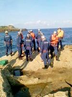 海に落ちた釣り人をひきあげる福井市臨海消防署員ら=27日午前7時35分ごろ、福井市蓑町の海岸
