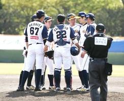 栃木―福井 3回1死満塁のピンチでマウンドに集まるエレファンツナイン=栃木県の佐野市運動公園野球場