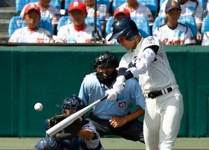 金足農―大阪桐蔭 1回裏大阪桐蔭2死二、三塁、石川が右中間に2点二塁打を放つ。捕手菊地亮=甲子園