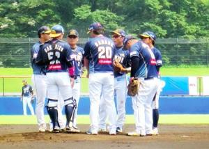 武蔵―福井 1回、先制点を許しマウンドに集まる福井ナイン=埼玉県の越谷市民球場