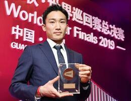 世界バドミントン連盟の男子年間最優秀選手に選ばれた桃田賢斗=9日、中国・広州(共同)