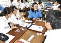 災害対応 ゲームで学ぶ 永平寺中生 女性防火クが出前授業