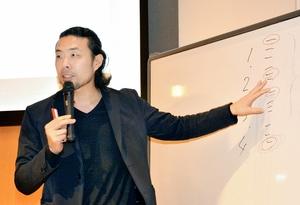 プレゼン用資料の作成術について講演する前田氏=2月28日、福井新聞社・風の森ホール