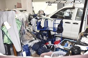 店内に突っ込み、車体が半分ほど入ったところで止まったワゴン車=4月25日、福井県福井市板垣3丁目
