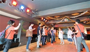 リノベーションスクールの受講者が事業計画を練り上げるビルの3階にある元ダンスホール=19日、福井市中央1丁目