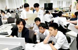 「新聞版ハッカソン」で見出しやレイアウトを考える高校生たち=6月9日、福井県福井市の福井新聞社