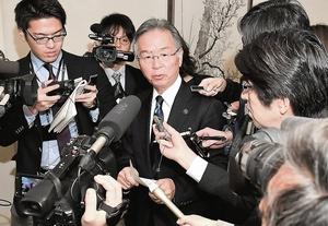 辞任を表明した後に記者からの質問を受ける橋本達也市長=19日午前9時35分ごろ、福井県あわら市