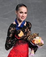 女子で優勝し、メダルを手に笑顔のアリーナ・ザギトワ=さいたまスーパーアリーナ