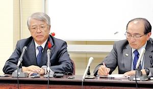 会見中、口を真一文字に結んで涙をこらえる野田富久氏(左)=5日、福井市の県教育センター