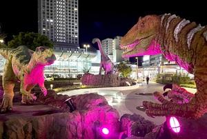 感染拡大特別警報が初めて発令され、紫色にライトアップされた恐竜モニュメント=4月16日夜、JR福井駅西口